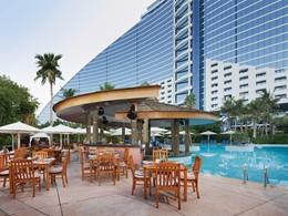 Le bar de la piscine du Jumeirah Beach Hotel