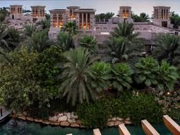 Jardin de l'hôtel Dar Al Masyaf situé à Dubaï