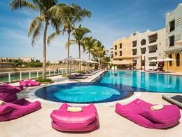 La piscine du Juweira Boutique Hotel à Oman