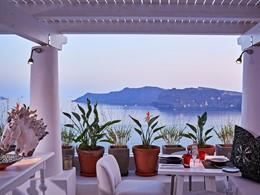 Le restaurant Mikrasia de l'hôtel Katikies à Santorin