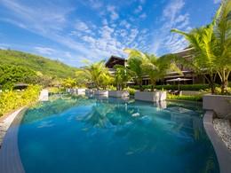 La superbe piscine du Kempinski aux Seychelles
