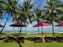 Détente à l'ombre face à l'océan au Khaolak Laguna