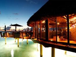 Vue exterieure du bar Te Miki Miki de l'hôtel Kia Ora