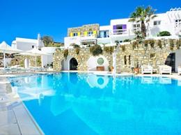 Profitez de la superbe piscine de l'hôtel Kivotos