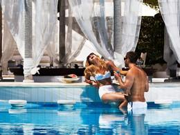 Rafraichissez vous au bord de la piscine du Kivotos