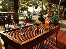 Cocktails au bord de la piscine au Koh Jum Beach Villas