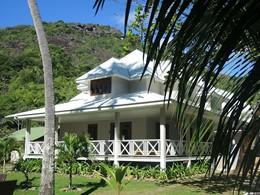 Vue des chambres de La Belle Tortue sur l'île de Silhouette