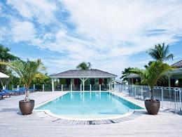 La piscine de l'hôtel La Plantation aux Antilles