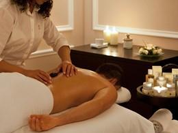 Massage aux pierres chaudes au spa de l'hôtel