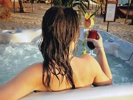 Jacuzzi® sur la plage du Lamantin Beach Hotel en Afrique