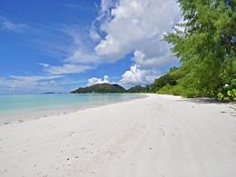 La superbe plage du Côte d'Or Foot Print à Praslin