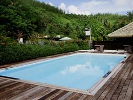 La piscine de l'hôtel Le Mahana Huahine en Polynésie