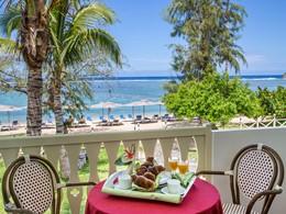 Copieux petit déjeuner face à l'océan à l'hôtel Le Nautile