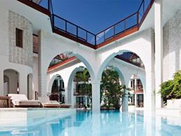 La jolie piscine ensoleillée