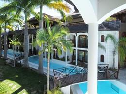 La piscine et le bassin de l'hôtel
