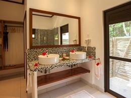 Une salle de bain à l'hôtel Les Lauriers