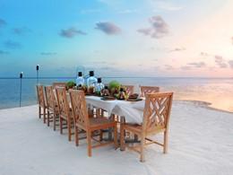 Superbe repas les pieds dans le sable