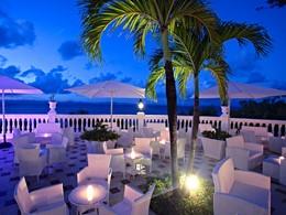 Soirée détente au bar de l'hôtel Luxury Bahia Principe