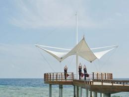 Yoga à l'hôtel Maafushivaru situé aux Maldives