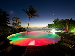 La piscine du Maitai Lapita Village vue de nuit