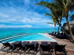 Détente au bord de la piscine de l'hôtel Maitai Rangiroa