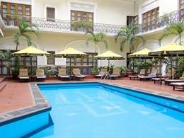 Profitez de la belle piscine de l'hôtel Majestic Saigon