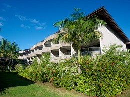 Les chambres du Manava Suite Resort, cachées dans un jardin luxuriant
