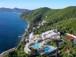 Vue aérienne de l'hôtel, situé au coeur d'un magnifique jardin