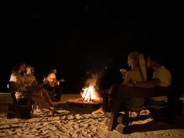 Détente autour d'un feu de camp dans une atmosphère authentique au Maritim