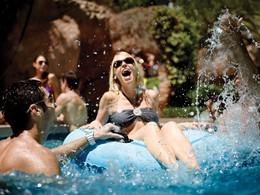 Profitez de la superbe piscine de l'hôtel MGM Grand