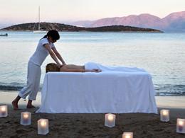 Profitez de massages relaxants sur la plage du Minos Beach Art