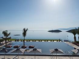 La superbe piscine du Minos Palace en Grèce