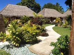 Le jardin verdoyant du Moorea Beach Lodge