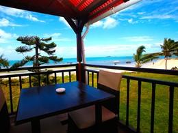 La terrasse d'une chambre face au lagon