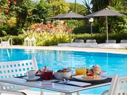 Petit-déjeuner au bord de la piscine