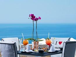 Petit-déjeuner face à la mer au restaurant Meltimi