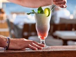 Dégustez un délicieux cocktail au bar du Mykonos Ammos