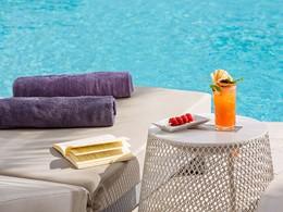 Sirotez une délicieuse boisson au bord de la piscine du Mykonos Ammos