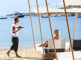 Service de plage sur Ornos Beach