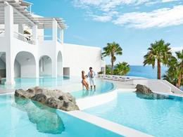 Profitez de la magnifique piscine du Grecotel Mykonos Blu