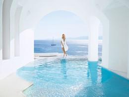 Vue sur les eaux bleues depuis la piscine de l'hôtel