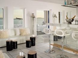 Le White Bar du Mykonos Grand situé en Grèce