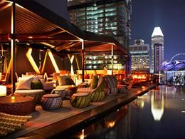 Le bar Cloud9 de nuit à l'hôtel Naumi avec vue sur la ville