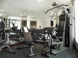 La salle de sport de l'hôtel Naumi au centre de Singapour