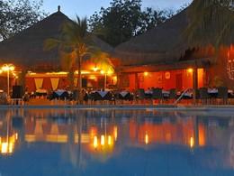 Vue du restaurant depuis la piscine de l'hôtel Neptune en Afrique