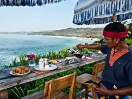 Dégustez un copieux petit déjeuner face à l'océan au Nihi Sumba
