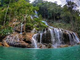 La fameuse cascade de l'île de Sumba en Indonésie