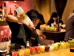 Sirotez des délicieux cocktails au Nikko à San Francisco