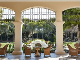 Détente au lounge de l'hôtel Grecotel Olympia Oasis