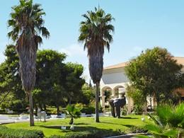 Le jardin verdoyant de l'Olympia Oasis au Péloponnèse